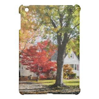 Calle del otoño con el árbol rojo
