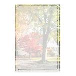 Calle del otoño con el árbol rojo papelería de diseño