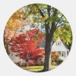 Calle del otoño con el árbol rojo pegatina redonda