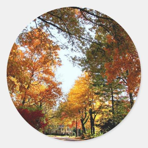 Calle del pueblo en otoño etiquetas redondas