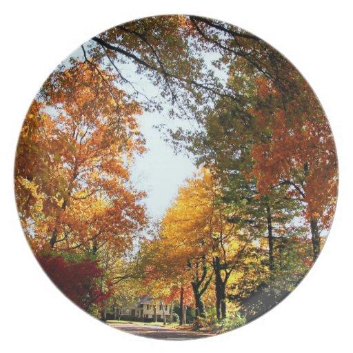 Calle del pueblo en otoño platos para fiestas