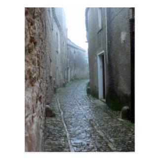 Calle lluviosa en la postal de Erice Sicilia