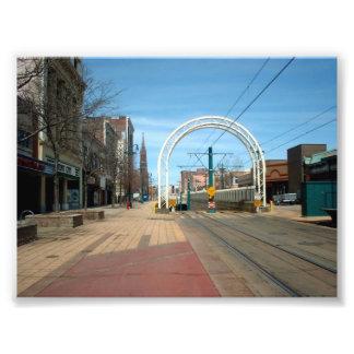 Calle principal con la entrada del subterráneo en fotografia