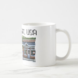 Calle principal los E.E.U.U. con el coche del Taza De Café