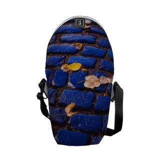 Calle púrpura y azul del guijarro bolsa messenger
