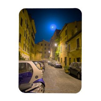 Calle romana de la vecindad en la noche iman