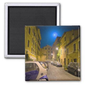Calle romana de la vecindad en la noche imán cuadrado