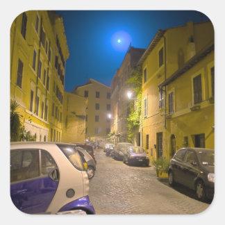 Calle romana de la vecindad en la noche calcomania cuadradas personalizada