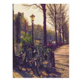 Calle soleada en el canal en Amsterdam Tarjetas Postales
