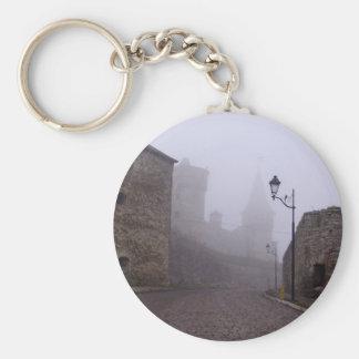 calle vieja de la ciudad con el poste de la lámpar llavero personalizado