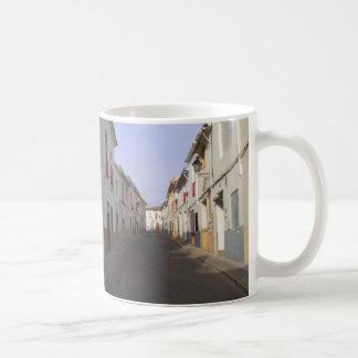 Calle vieja de la ciudad. España Taza Clásica