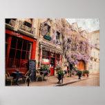 Calle y restaurante románticos en París, Francia Póster