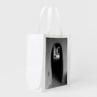 Callejón de Adobe: Foto negra y blanca Bolsas Reutilizables