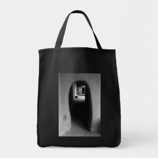 Callejón de Adobe: Foto negra y blanca Bolsa Tela Para La Compra