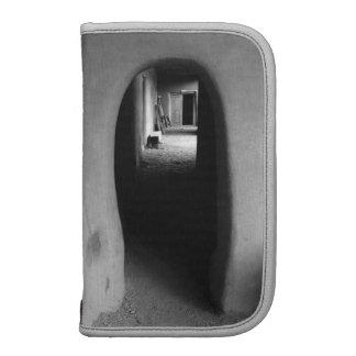 Callejón de Adobe: Foto negra y blanca Planificador