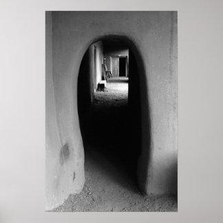 Callejón de Adobe: Foto negra y blanca Póster
