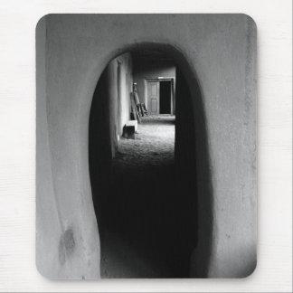 Callejón de Adobe: Foto negra y blanca Tapetes De Ratón