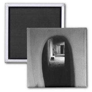 Callejón de Adobe: Imán negro y blanco de la foto