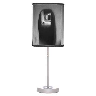 Callejón de Adobe: Lámpara de mesa negra y blanca