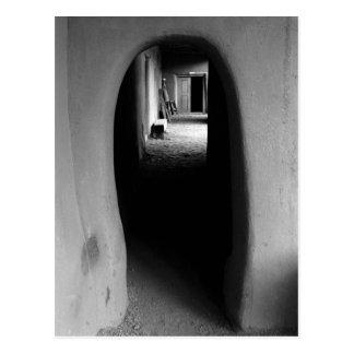 Callejón de Adobe: Postal negra y blanca de la