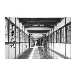 Callejón del templo budista en blanco y negro lona envuelta para galerías