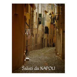 Callejón oscuro en postal del texto de Nápoles,