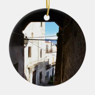 Calles estrechas de Scalea antiguo Adorno Navideño Redondo De Cerámica