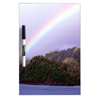 Calma de la paz del agua del arco iris pizarras blancas