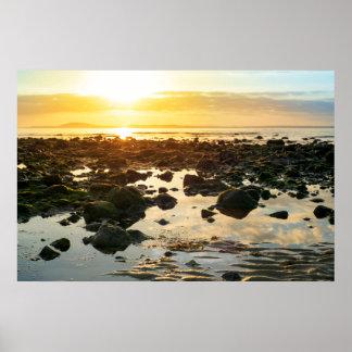 calma en la playa beal rocosa póster