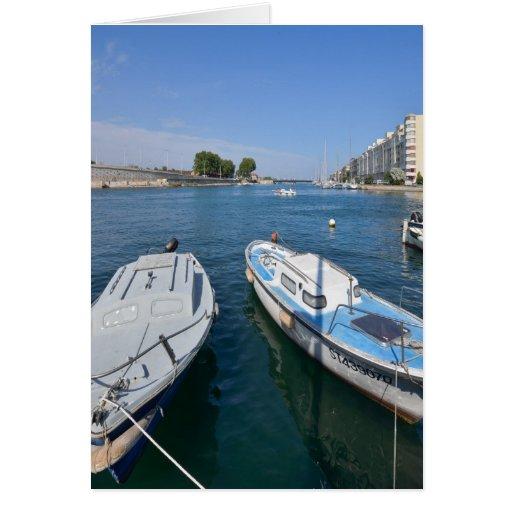 Calma y alegría de la paz del agua del barco tarjeta de felicitación