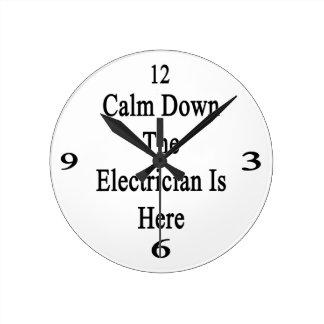 Calme abajo al electricista está aquí reloj redondo mediano