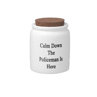 Calme abajo al policía está aquí platos para caramelos