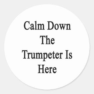 Calme abajo al trompetista está aquí etiqueta redonda