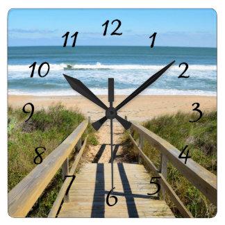 Calzada a la playa reloj cuadrado