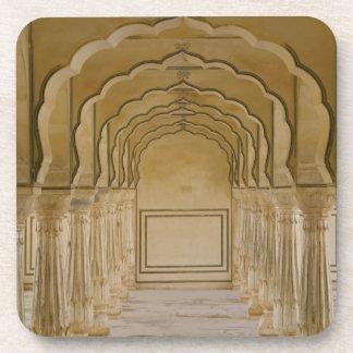 Calzada arqueada con las columnas dentro del palac posavasos