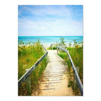 """Calzada de madera sobre las dunas en la playa invitación 5"""" x 7"""""""