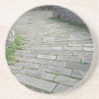 Calzada de piedra de la pendiente del puente posavasos personalizados