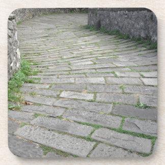 Calzada de piedra de la pendiente del puente posavasos