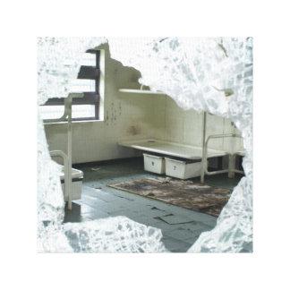 Cama abandonada de la celda de prisión impresión en tela