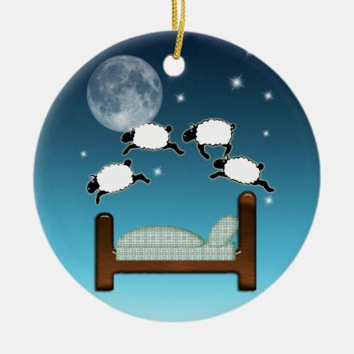 Cama, cielo, y cuenta de ovejas en la noche ornamento de navidad