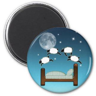 Cama, cielo, y cuenta de ovejas en la noche imán redondo 5 cm
