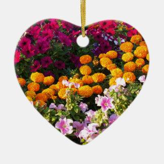 Cama de flor colorida adorno navideño de cerámica en forma de corazón