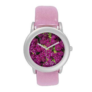 Cama de flor del reloj de las mujeres rosadas del