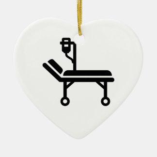 Cama de hospital adorno navideño de cerámica en forma de corazón