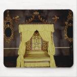 Cama de la cama imperial, en el estilo chino, 1750 mousepads