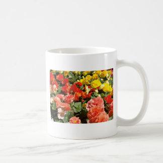 Cama de las flores del rojo de las flores taza básica blanca