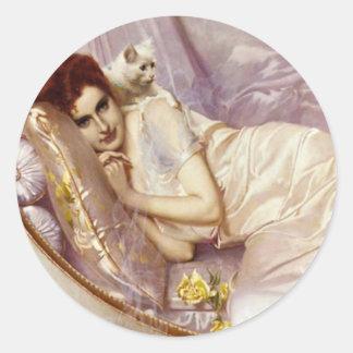 cama de seda púrpura blanca del gato de la señora pegatina redonda