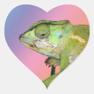Camaleón del arco iris pegatina en forma de corazón