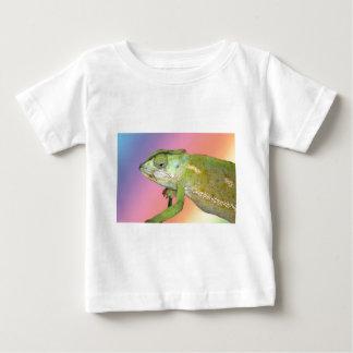 Camaleón del arco iris playera de bebé