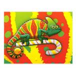 Camaleón del navidad que camina en un bastón de ca tarjeta postal
